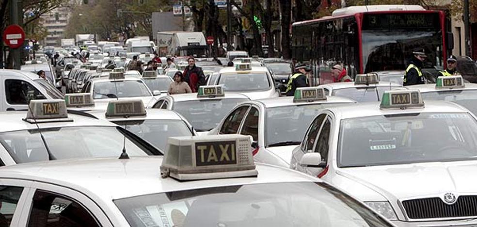 Investigan a un taxista por dejar a su hijo de 12 años que condujera el taxi