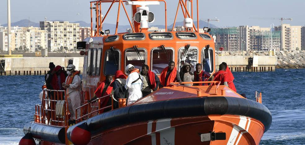 Trasladan a Almería a 32 personas rescatadas a bordo de una patera en el mar de Alborán