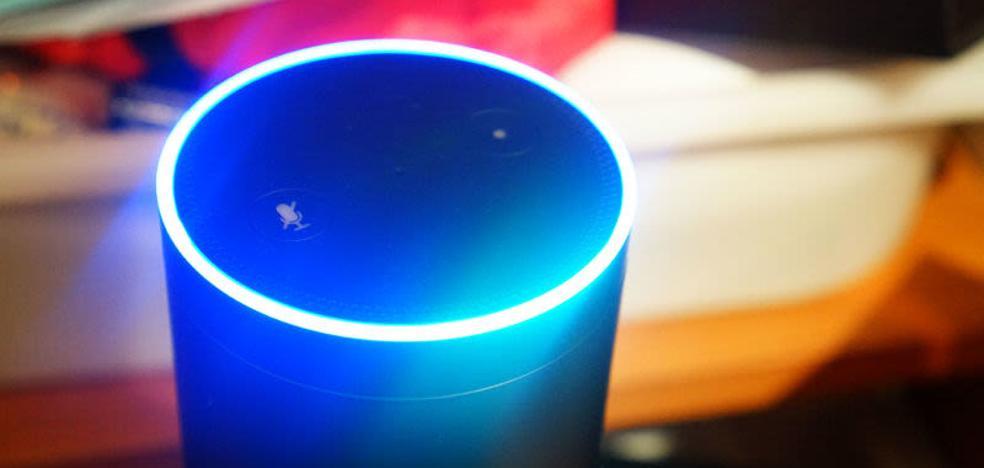 La policía entra en una casa para terminar con una fiesta que Alexa, un asistente virtual, había montado por sí sola