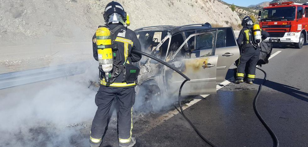 Un coche da el susto al arder en la A-44
