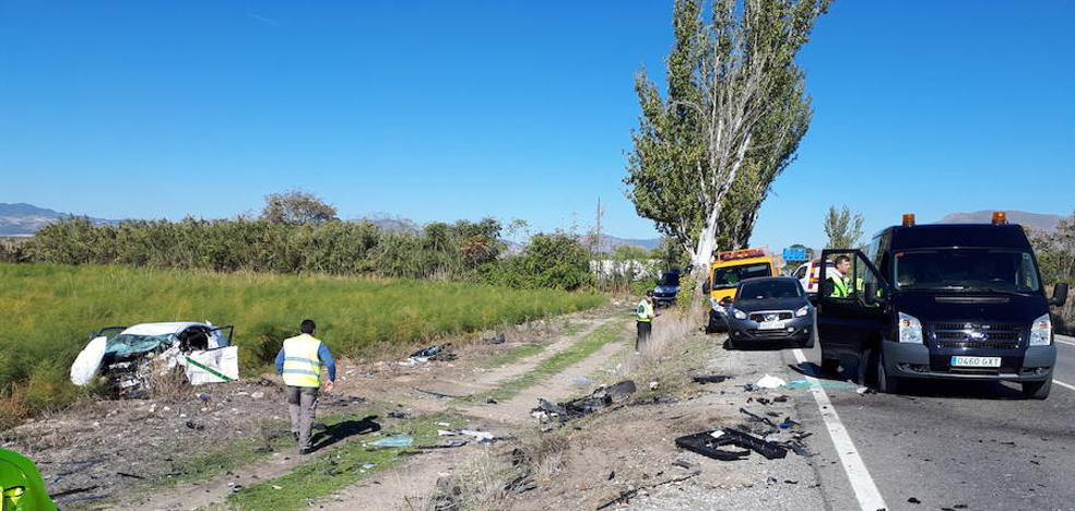 Dos fallecidos y un herido grave en una colisión frontal entre un turismo y un taxi en la carretera A-4075 en Santa Fe
