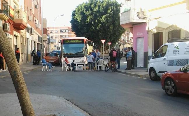 """Se sientan en mitad de la calle para protestar por un """"ruido infernal"""" en El Quemadero"""