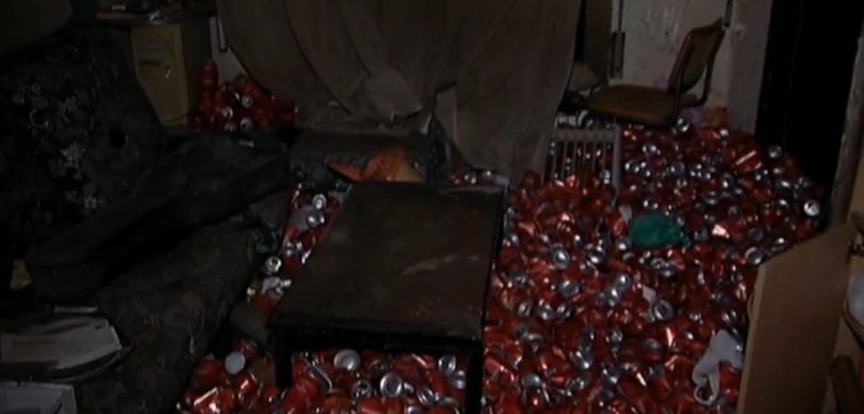 Un inquilino les deja el piso abandonado con más de 4.000 latas vacías de cerveza