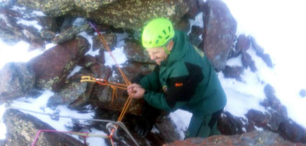 Un rescate al filo de lo imposible saca ilesos a dos montañeros por una pared de 40 metros