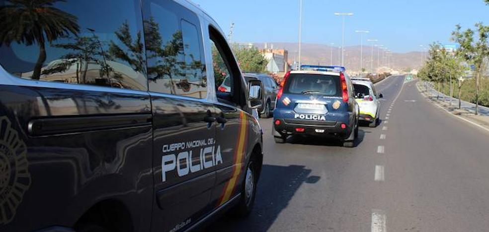 Le roban la cartera tras darle una paliza en un parque de Almería