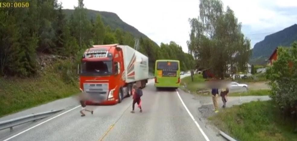 Los reflejos felinos de un camionero evitan la tragedia con un niño