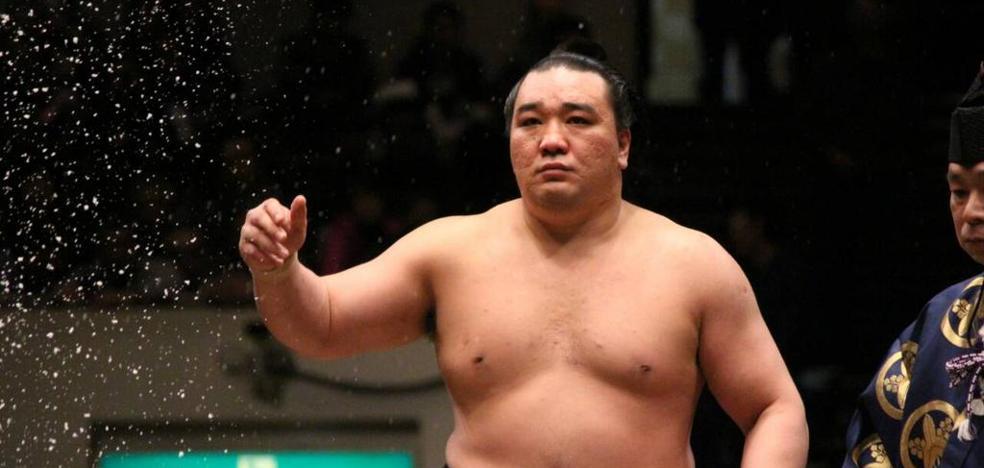 Escándalo en Japón por el luchador de sumo que le rompió la cabeza a otro de un botellazo