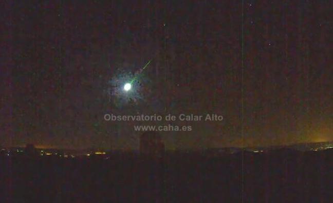 Una bola de fuego brillante como una luna llena sobrevuela España y se capta desde Granada