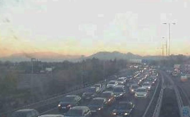 Colapso en la circunvalación de Granada por un accidente entre dos furgonetas