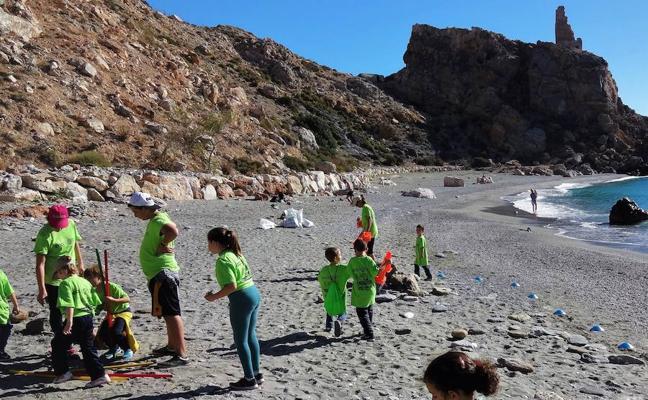 Alumnos y docentes de Gualchos dedican una jornada a la limpieza de la playa La Rijana