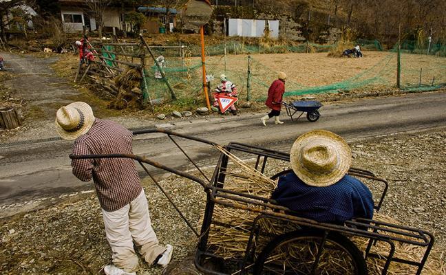 La locura del pueblo de los muñecos: más de 300 habitantes y sólo 29 son personas