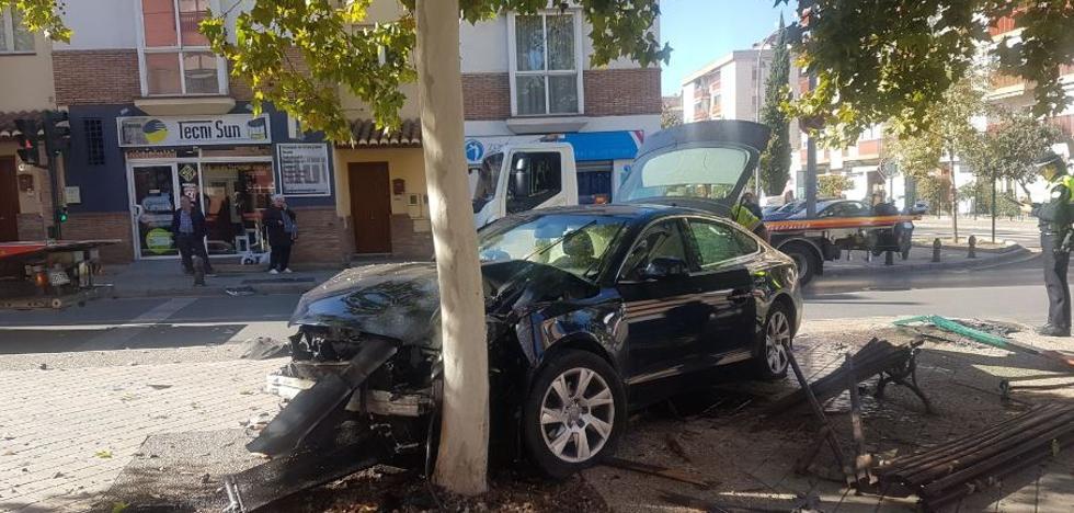 Un coche se estrella contra un árbol tras una colisión con otro vehículo en Camino Bajo de Huétor