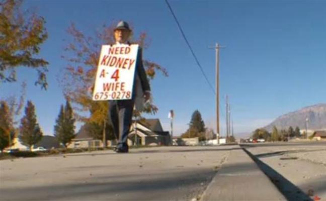 Un anciano de 74 años encuentra un riñón para su esposa tras recorrer cientos de kms a pie con un cartel