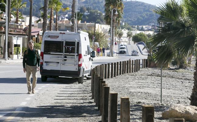 Negocios de La Herradura protestan por la pérdida de aparcamientos en la playa