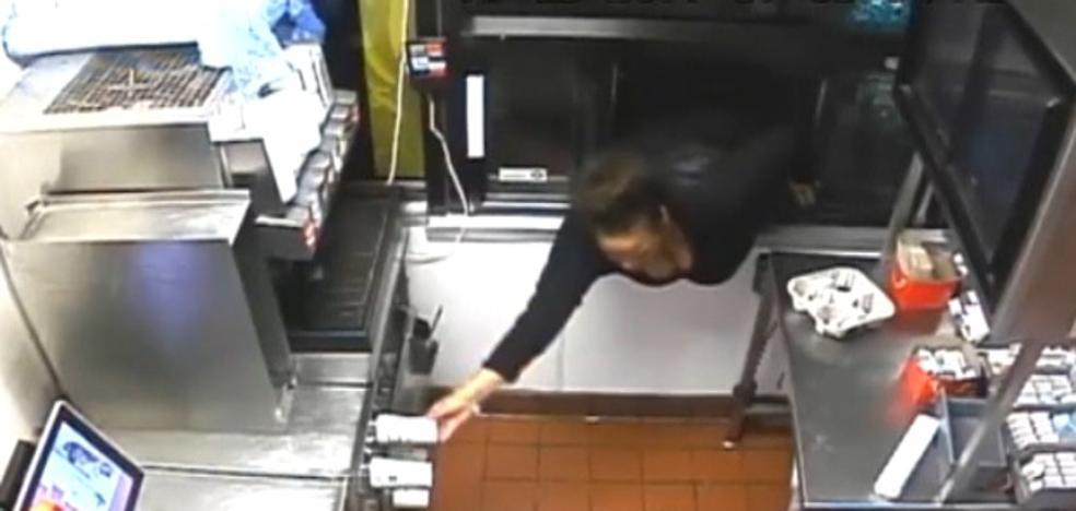 Se cuela por la ventanilla de un McDonald's y roba tranquilamente durante 40 minutos
