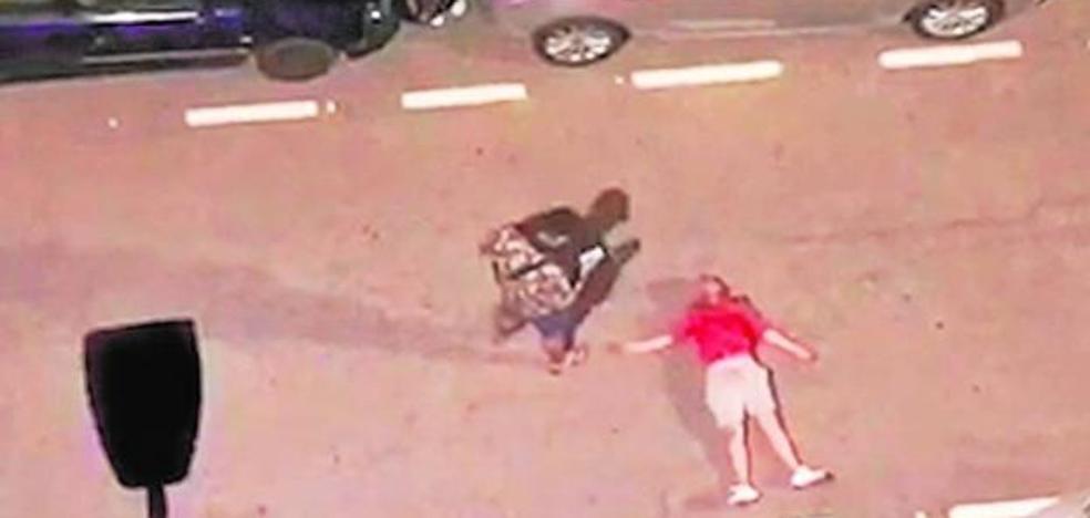 Dan una paliza a un hombre en Valencia, le sacan fotos y huyen