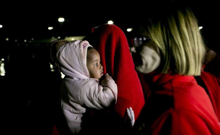 Salvamento traslada a Motril a más de 100 inmigrantes rescatados de dos pateras