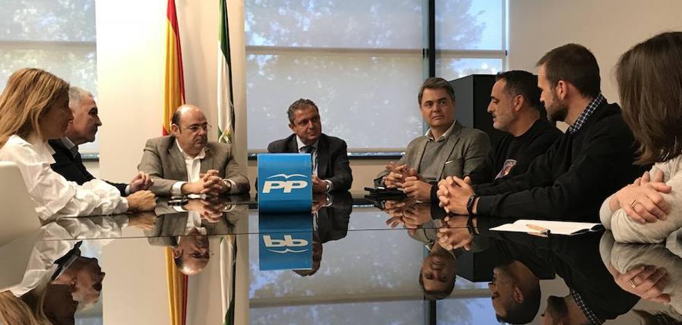 El PP explica a policías y guardias civiles de la provincia de Granada que la equiparación salarial se activará en 2018