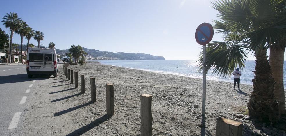 La Herradura mantendrá sus aparcamientos en la playa y conseguirá más en el vial