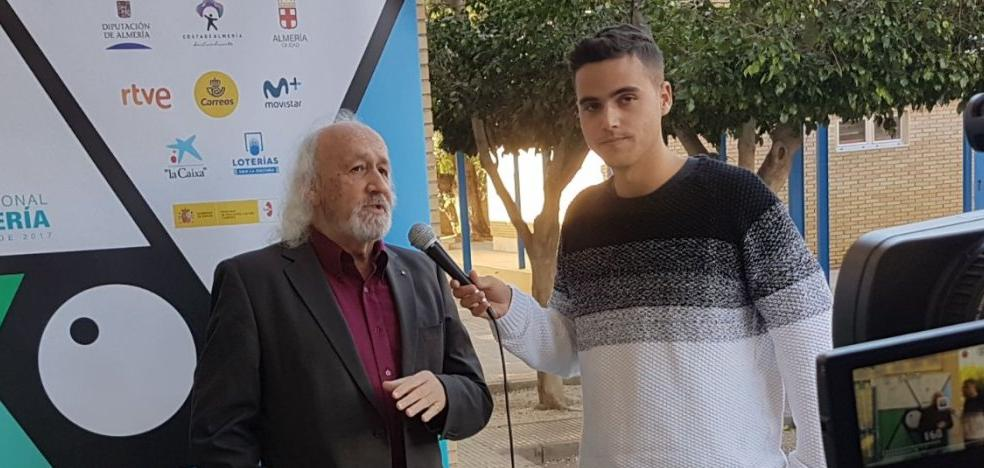 Montxo Armendáriz comparte con los alumnos del Albaida su visión del cine