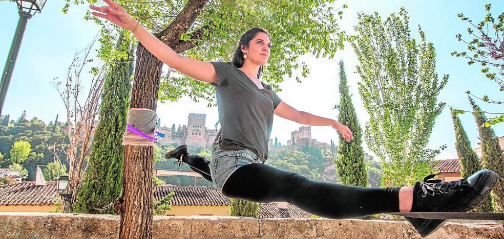 Los aficionados al slackline reclaman un hueco legal para practicarlo en Granada