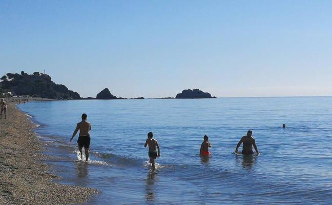 El pleno noviembre... y bañándose en la costa de Granada