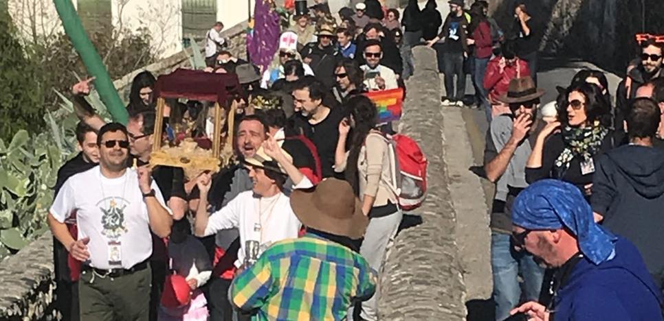 Furor por la incomparable romería del dedo meñique en Granada