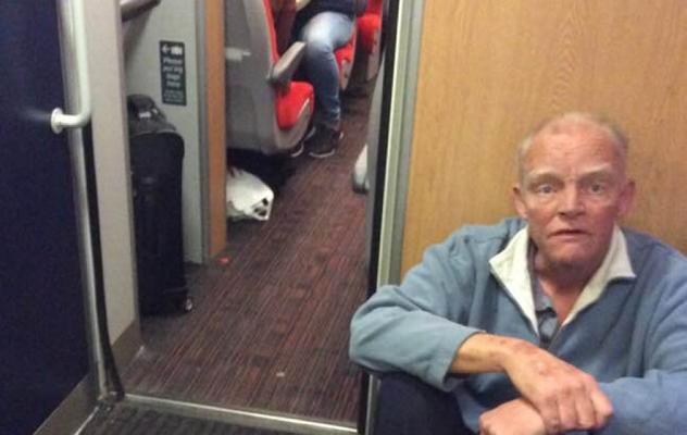 El triste caso del hombre ciego que viajó en el suelo de un tren porque se negaron a buscarle asiento