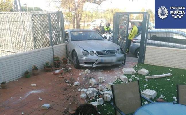 Huye tras empotrar su coche contra una casa