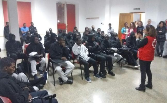 La oleada de pateras obliga a dejar libres a decenas de inmigrantes recién llegados