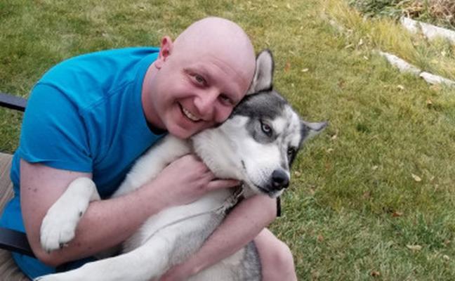 Descubre que tiene cáncer de testículos gracias a un gesto de su perro
