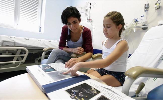 A pie de cama: un museo convertido en libro para acercar el arte a niños hospitalizados
