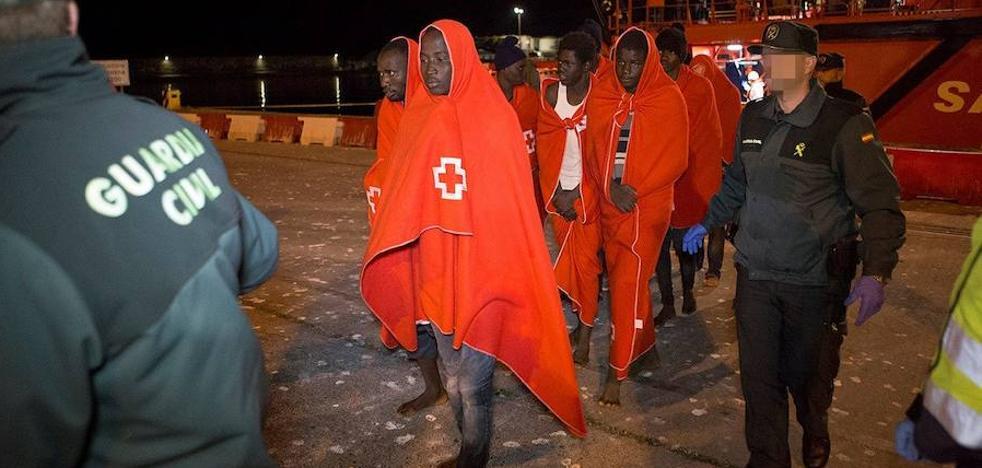 Llegan en buen estado a Motril las 69 personas rescatadas de dos pateras cerca de la isla de Alborán