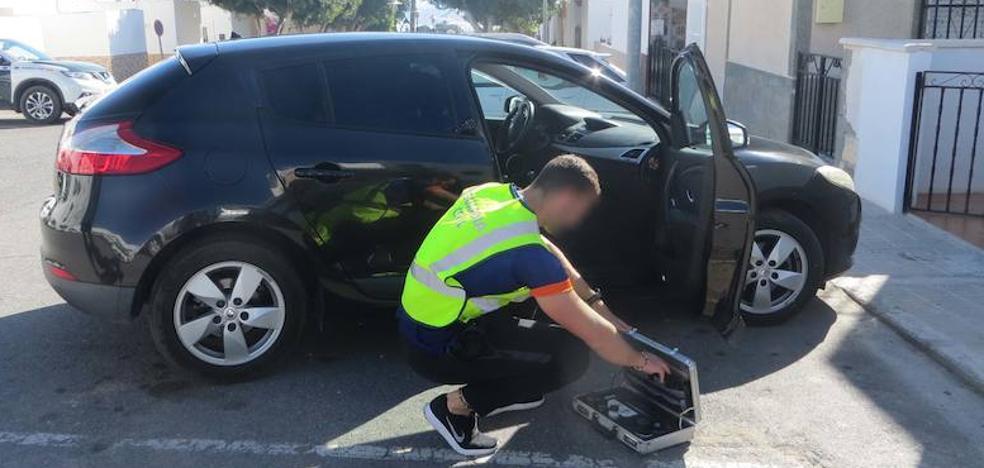 Cazan a un ladrón que merodeaba entre los coches en Níjar