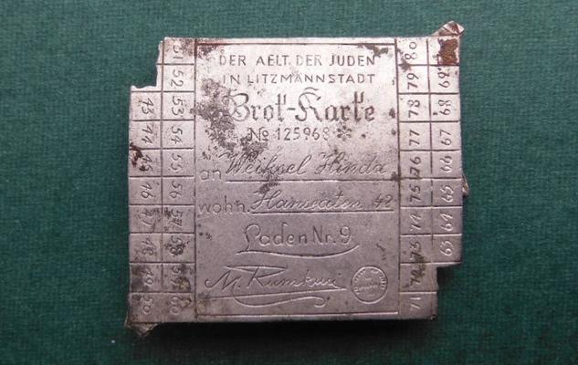 Encuentran un broche en forma de cartilla de racionamiento en Auschwitz