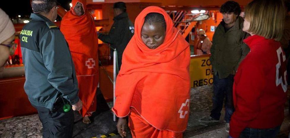 Trasladan al hospital a tres embarazadas de una patera llegada a Motril