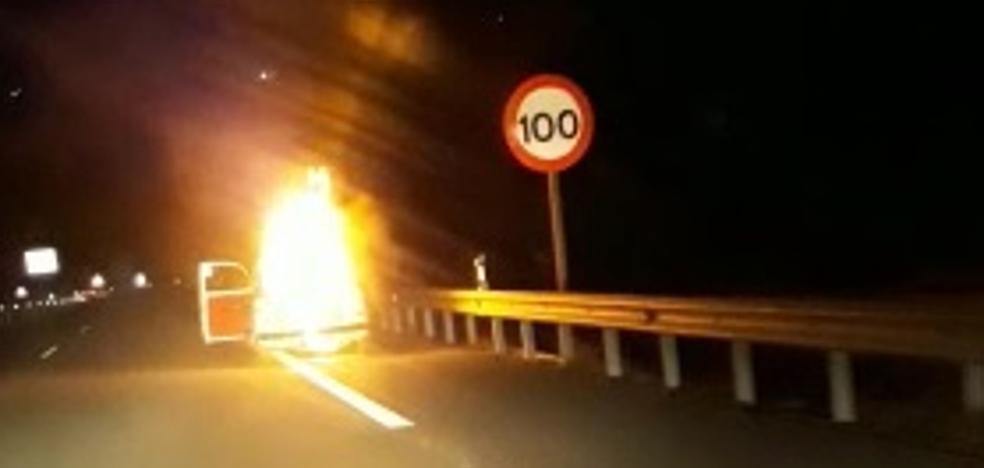 Un coche arde en cuestión de segundos cerca del túnel de La Mamola