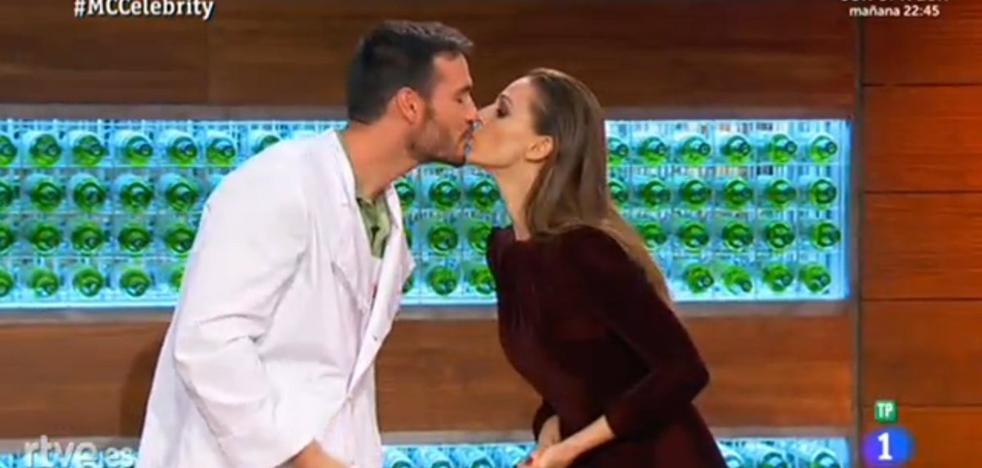 Saúl y Eva González vuelven a besarse