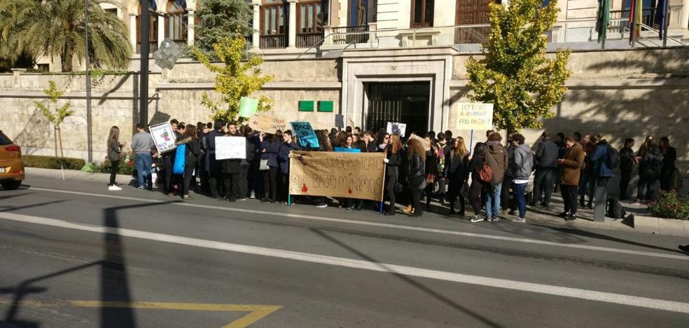 El alumnado del Conservatorio de Música Victoria Eugenia se concentra y suspende las clases por la falta de calefacción