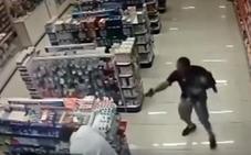 Un policía fuera de servicio dispara y mata a dos atracadores con su bebé en brazos