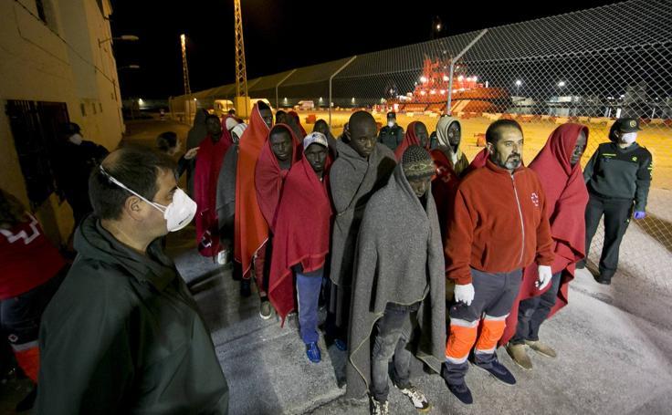 Llegan al puerto de Motril los 34 inmigrantes rescatados de una patera