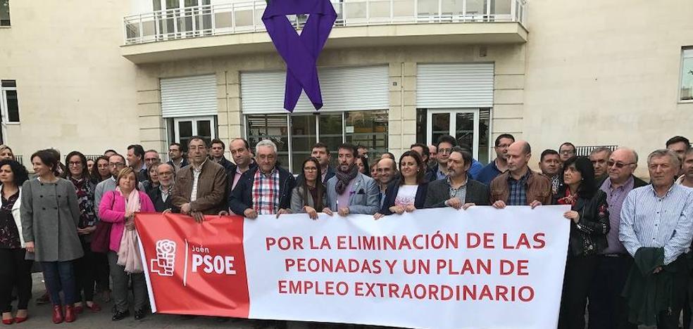 Alcaldes y portavoces del PSOE se concentran para exigir la eliminación de las peonadas y un plan de empleo