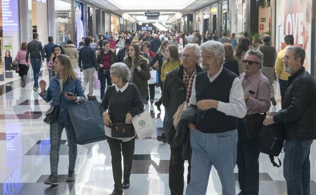 Atascos en las carreteras y colas en las tiendas: así arranca el Black Friday en Granada