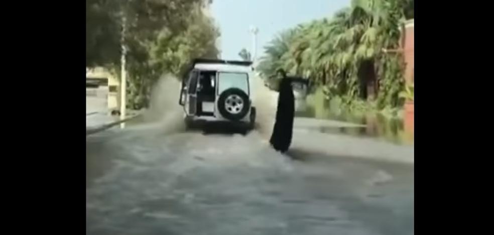 La mujer rockera con burka que surfea en una calle inundada de Arabia Saudí se hace viral