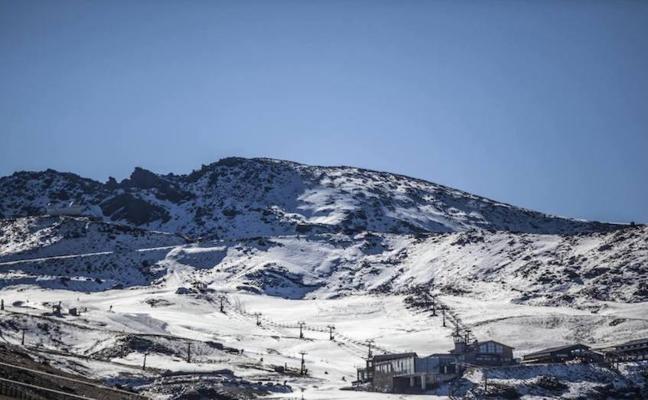Sierra Nevada abre temporada con una previsión de dos kilómetros de pistas para esquiar