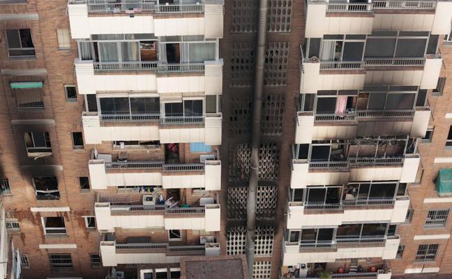 Fallece una anciana y otras 32 personas resultan afectadas en el incendio de un edificio en la calle San Juan de Letrán en Granada