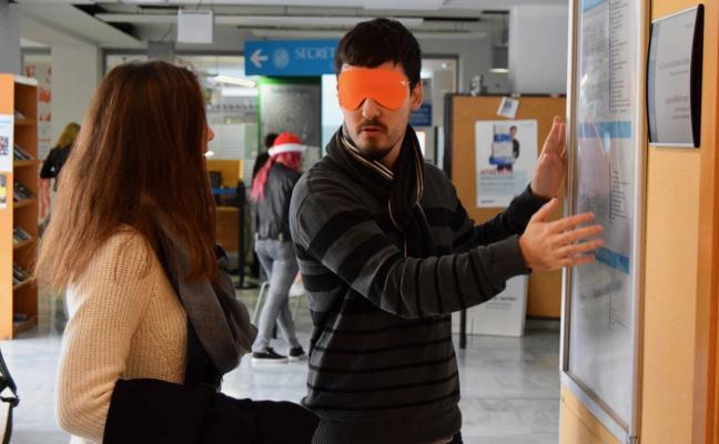 Un taller de ceguera abre las actividades de la Semana de la Discapacidad en la UAL