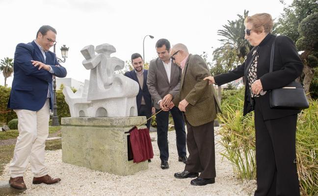 El artista Eduardo Cruz descubre las esculturas donadas a la ciudad