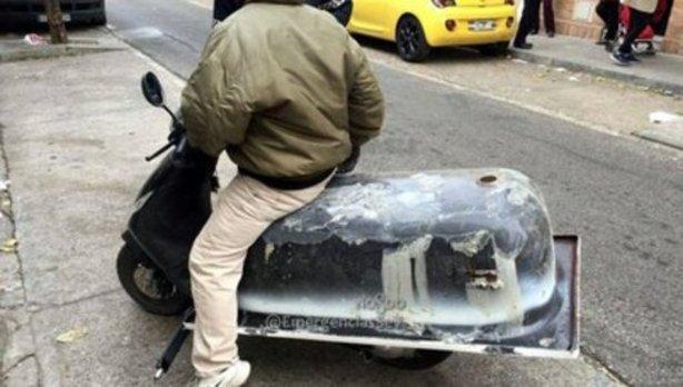 Lleva una bañera en moto por las calles de Sevilla y acaba denunciado