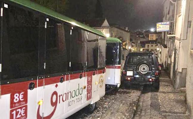 El tren turístico de Granada choca contra un coche en el Albaicín